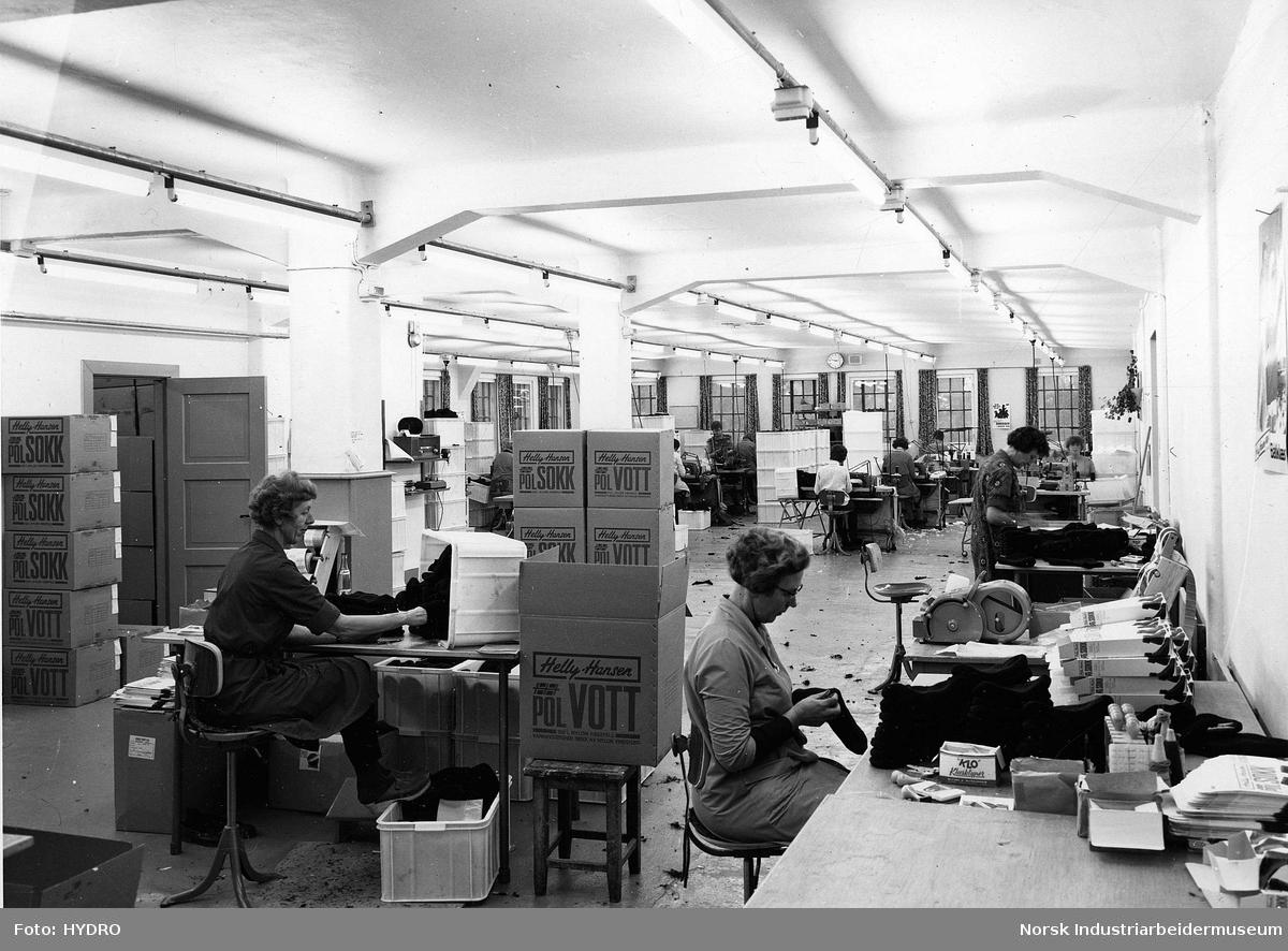 7f198018 Helly Hansen på Rjukan. Produksjon av polvotter på RjukanFoto: HYDRO /  Norsk industriarbeidermuseum<br>