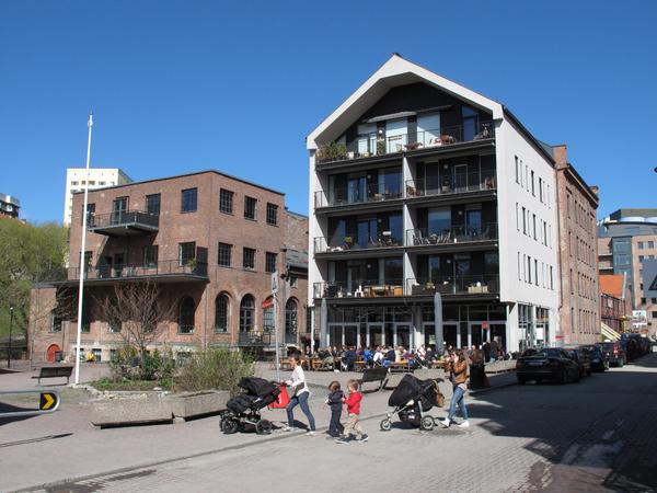 Lilleborg med boligstrøk av ombygde industribygg og nybygg