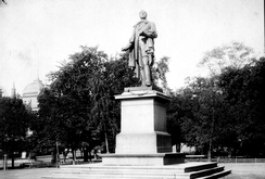 Bergsliens statue av Wergeland, i Studenterlunden i Oslo, støpt i DrammenFoto: Norsk Folkemuseum<br>