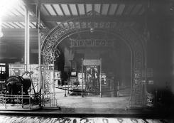 Anders L. Thune var stor tilhenger av industriutstillinger, og Thunes markerte seg en rekke ganger i de norske paviljongene, bl.a. i den store Parisutstillingen i 1889. Utstillingene ga markedsføring, men like viktig var de internasjonale kontaktene som bl.a. ga Thune viktige lisensprodukter som de britiske B&W-dampkjelene.