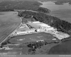 Gigantfabrikken ved Tunevannet sto ferdig i 1956. Bilde fra ca. 1970Foto: Widerøe / Østfold Fylkesarkiv<br>