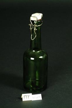 Ølflaske i grønt glass fra Aass i Drammen, trolig blåst ved Drammen GlassFoto: Sverresborg / Digitat Museum<br>