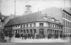 Robsahmgården på hjørnet Karl Johans gt. 15 og Kongens gate huset på 1850-tallet deler av Kraffts mangfoldige produksjon. Gården ble erstattet av en langt større gård, som i sin tur brant ned i 1959 og ble erstattet av et moderne bankbygg som står der i dag.Foto: Væhring / Oslo Museum<br>