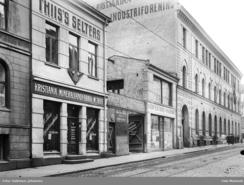 Rosenkrantzgt, 9 der Thunes verksted lå de første årene fra 1852 til ca. 1870, da naboene kjøpte ut den bråkete industribedriften. Her ca. 1910, da M.Thiis Kristiania Mineralvandfabrik holdt til i lokalene.Foto: Holmsen, Johannes / Oslo Museum <br>