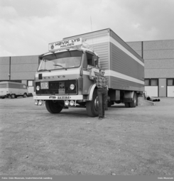 Lastebil utenfor fabrikken i Halden, 1976. Foto: Leif ØrnelundFoto: Oslo Museum<br>