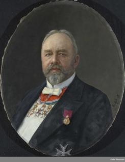 Anders Lauritz Thune (1848-1920), med sine mange ordner mottatt bl.a. for engasjementet rundt de store industriutsillingene i inn- og utland.Foto: Eyolf Soot (kunstner) / Oslo Museum<br>