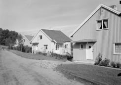 """Boligene for Drammen glassverk er presentert i Byggekunst nr. 1 1950, under overskriften """"Nytt boliganlegg for Drammens glassverk"""". Arkitekter Biong & Biong, byggeår ca. 1947. Prosjektet innebar både oppgradering av gamle arbeiderboliger og bygging av nye. Adressen er Henny Tanbergs vei, oppkalt etter verkseier Tanbergs første kone som døde i 1953.Foto: Teigens fotoatelier / DEXTRA Photo<br>"""