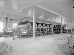 Thune fikk store leveranser til papir- og celluloseindustrien i hele landet. Dette er en sluttbehandlingsdel av en papirmaskin, ukjent hvilken fabrikk, trolig ca. 1910-20.Foto: NTM T 73<br>