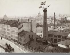 Utsikt fra Victoria Terrasse ned mot Thunes fabrikkanlegg i Ruseløkkveien ved en festlig anledning en gang rundt 1900Foto: Oslo Museum<br>