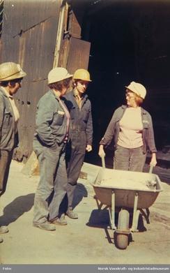 Kvinner og menn i arbeidslag ved DNN Tyssedal, 1971Foto: NVIM I-03803<br>