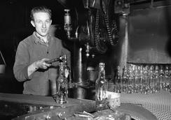 Flaskearbeider i Moss, 1957Foto: Dagbladet / Norsk Folkemuseum<br>