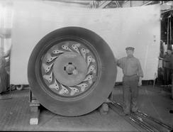 En av Thunes 116 turbiner fotografert i verkstedet før levering, en gang rundt 1910.Foto: NTM T 96<br>