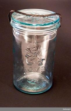 Løveglasset var nesten like utbredt som Norgesglasset, men tapte terreng på 1950-tallet. Lukkemekanismen var ikke like praktisk som på Norgesglasset. Foto: Maihaugen<br>