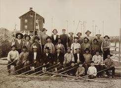 Lensearbeidere ved Fetsund 1899. Bygningen i bakgrunnen er arbeiderboligen kalt Sootbrakka. Foto: Fetsund Lenser<br>