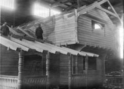 Laftehus under montering i tømmermannshallen på Strømmen.Foto: Akershusbasen 0231-124:0003<br>