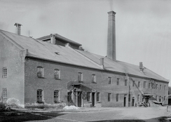 Brenneribygningen. Brenneriet lå til høyre i bygningen og mineralvannfabrikken i venstre bygningsdel.Foto: Mjøsmuseet<br>
