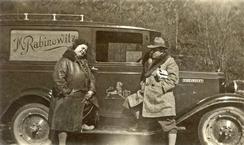 Moritz Rabinowitz og kona Johanna ved en av bilene som ble brukt i den utstrakte handelsreisevirksomheten på hele Vestlandet.Foto: Haugalandmuseene<br>