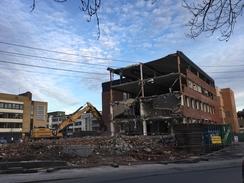Den gamle iskremfabrikken levde det meste av sitt liv som kontorbygg, påbygd to etasjer. Det ble revet i 2017.Foto: Dag Andreassen<br>