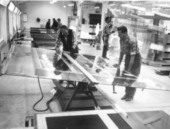 Håndskjæring av vindusglass, som var verkets hovedprodukt.Foto: Made in Drammen<br>