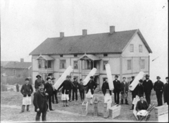 Stolte glassblåsere i 1888 foran arbeiderboligen Foto: Made in Drammen<br>