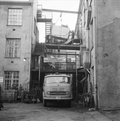 Trange forhold i 1964: Flytting av produksjonsutstyr fra Torggata til ny fabrikk på Kongsberg.Foto: Leif Ørnelund / Oslo Museum<br>