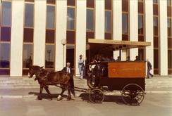 Fra markering av Tiedemanns 200-årsjubileum i 1978, med restaurerte frakteekvipasjer som var i bruk fra 1926. Foran hovedkontoret på Ensjø.Foto: Norsk Folkemuseum / Oslobilder<br>