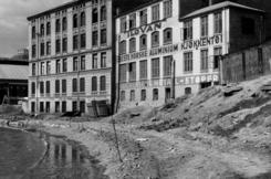 Øvre gate 7 og Nedre Gate 8. Kristiania Kunst- og Metalstøperi med veggreklamer for datterselskapet Il-O-Van i Moss, mai 1936.Foto: Oslo Byarkiv<br>