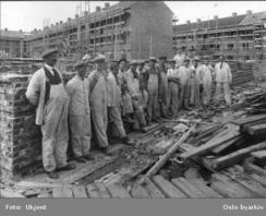 Murerklasse i arbeid på bygg i 1920