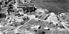 Området Sanden / Kastellbukta sett fra sør. Det var her Mandals Jernstøberi etablerte seg en gang før 1860.Foto: Widerøe / Mandal museum  / DBVA.no<br>