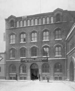 Det tidligere skolebygget i Øvre Vollgate som var ALs lokaler fra 1913Foto: AL Industrier jubileumsbok<br>