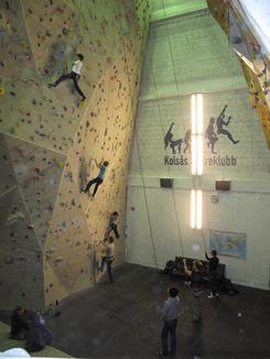 Fra arbeidsslit til fritidsslit: En av industrihallene til Vulkan er i dag innendørs klatrevegg.Foto: Dag Andreassen, NTM<br>