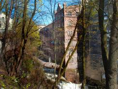 Rugmølla fra 1896 ruver mest ved Akerselvas høyeste foss. Den borg-liknende utformingen ble trolig gitt av ingeniører ved Myrens verksted. Foto: Dag Andreassen, NTM<br>