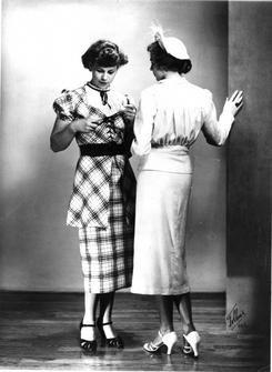 Modeller viser kjole og drakt i blåtøy fra Hjula, omkring 1940. Foto: Moreno Tollaas. NTM C 10044