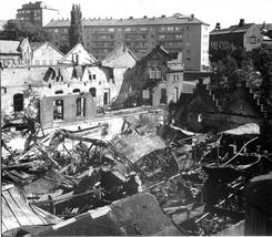 Deler av fabrikkbygningene ble sterkt skadet i brann i august 1971, men ble bygget opp igjen. Foto: NTM C 26569