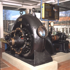 Ing. Stub forbedret Francisturbinen da han ledet Drammens Jernstøberi. Teknologien tok han med seg til Kværner, og Myrens fikk tilgang gjennom eierskap i Drammens Støberi. Dette er en Francisturbinfra Myrens fra 1913, utstilt på Norsk Teknisk MuseumFoto: Norsk Teknisk Museum<br>