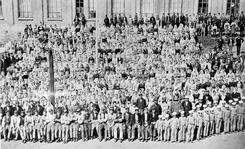 Fabrikkbestyrer med spinderimester, veverimester, fullmektig og arbeidere foran Veveri A, Nydalens Compagnie ved Akerselva antagelig i år 1877Foto: NTM C 2427<br>