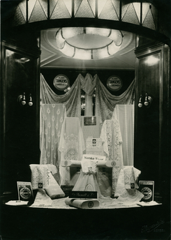 Vindaugsutstilling hos C. Sundt i Bergen, 1924. (NTMT.F00461-3)Foto: Skagen & Co.<br>
