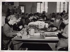 Pakking av varer ved Trengereid Fabrikker, 1934.Foto: Ukjend<br>