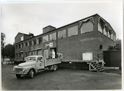 Fabrikkens fasade ut mot Hoffsveien, med lasterampe for råvarer. Her var også skilt for Hoff Fabrikker i andre etasje.Foto: Ringnes / Norsk Teknisk Museum<br>