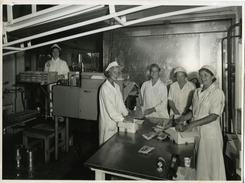 Samlet rundt pakkebordet med BAT-iskrem Foto: Ringnes / Norsk Teknisk Museum<br>