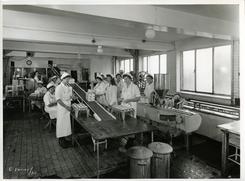 Arbeiderne i den lille iskremfabrikken, trolig sist på 1950-tallet.Foto: Ringnes / Norsk Teknisk Museum<br>