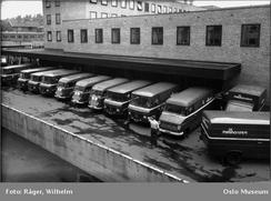 Møllhausens brødbiler ved lasterampen bak bygget. Rampen er intakt og brukes i dag til varelevering til matvarebutikken.