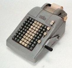 Adwel T 904 var en av Jørgen S. Liens mest avanserte mekaniske regnemaskiner. Tilhører Norsk Teknisk Museums samlingFoto: Norsk Teknisk Museum<br>