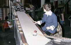 Kvinnelig arbeider ved pakkemaskin på Agnes FyrstikkfabrikkFoto: Norsk Teknisk Museum NTM 1984/10-17<br>
