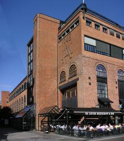En av de bevarte fasadene på sjøsiden av Aker Brygge, maskinhallen fra 1948Foto: NTM 2006/6-26 / Dag Andreassen<br>
