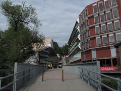 Ny bro over Akerselva, med Bellonas miljøhus til høyre og Mathallen til venstre. Miljøhuset har bl.a. solfangere som varmer vann til oppvarming.Foto: Dag Andreassen, NTM<br>