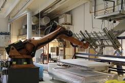 Effektivisering av produksjonen ved hjelp av bl.a. robot-teknologi har vært et av suksesskriteriene for Ekornes . Her en robotcelle for produksjon av innlegg til madrasser på Fetsund, 2014.Foto: Thomas Støvind Berg<br>