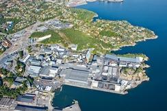 Dagens område ved Fiskaa Verk. Øya som en gang lå utenfor området er i dag del av anlegget.Foto: Foto hentet fra Elkems hjemmeside<br>