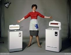 Lykkeligere husmor kunne ifølge reklamen i 1960 knapt finnes: TO Evalet vaskemaskiner!Foto: Oslo Museum / Rude<br>