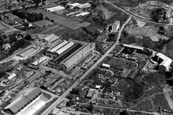 Flyfoto fra 1951. Gladengveien diagonalt, med stålverkshallene midt i bildet. Foto: Oslo ByarkivFoto: Oslo Byarkiv A-20027_Ug0001_112<br>